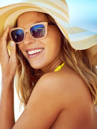 Hair model with blonde hair and summer hat